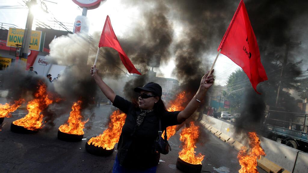 """Un manifestante participa en una protesta contra el gobierno del presidente Juan Orlando Hernández, cuyo hermano Juan Antonio """"Tony"""" Hernández fue declarado culpable de narcotráfico en EE. UU., en Tegucigalpa, Honduras, el 18 de octubre de 2019."""