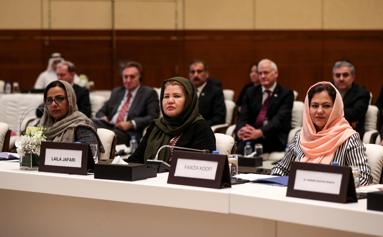 ثلاث مفاوضات مندوبات - ماري أكرمي وليلى جعفري وفوزية كوفي من اليسار إلى اليمين - أثناء جولة سابقة من المفاوضات الأفغانية في الدوحة في 7 تموز/يوليو 2020.