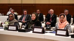 ثلاث مفاوضات مندوبات - ماري أكرمي وليلى جعفري وفوزية كوفي من اليسار إلى اليمين - أثناء المفاوضات الأفغانية في الدوحة في 7 تموز/يوليو 2020