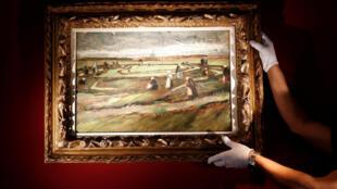 """Pintura titulada """"Mujeres arreglando redes en las dunas"""", pintado por Vincent Van Gogh en 1882."""