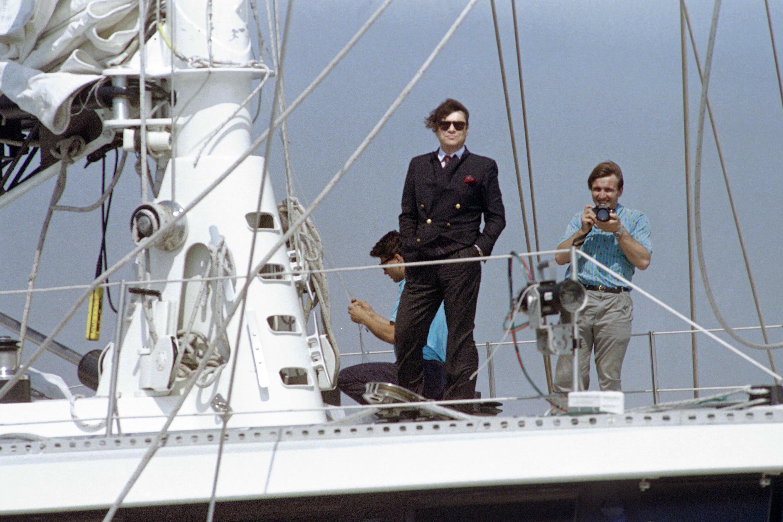 Bernard Debbie a brisé les barrières françaises avec de l'argent avec une heureuse envie de montrer sa richesse