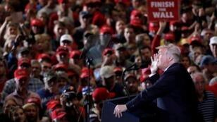 الرئيس الأمريكي في مطار بينساكولا الدولي في فلوريدا قبل الانتخابات النصفية في 3 نوفمبر 2018
