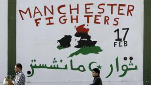 """Une photo prise à Tripoli en novembre 2011 montre un graffiti rendant hommage aux """"Manchester Fighters"""" (""""combattants de Manchester"""") ayant lutté contre le régime de Kadhafi."""