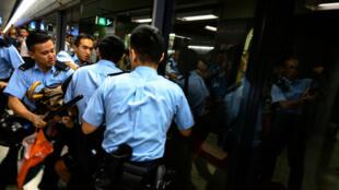Intervention des forces de police dans le métro hongkongais alors que des manifestations bloquaient le trafic à l'heure de pointe, le 2 september 2019.