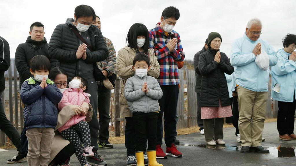 El 11 de marzo de 2019, un grupo de personas ora en honor a las víctimas del tsunami y desastre nuclear de Fukushima, ocurrido el 11 de marzo de 2011.