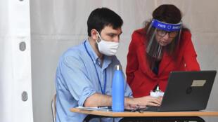 Profesores evalúan el exámen de Bachillerato (esame di maturitá) el 17 de junio de 2020 bajo una carpa instalada en el patio de la Escuela Secundaria JF Kennedy en Roma, Italia, mientras el país flexibiliza el confinamiento para frenar la propagación de la pandemia de COVID-19