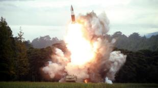 Une photo non datée publiée le 16 août 2019 par l'agence de presse officielle nord-coréenne montre le test d'un missile effectué par Pyongyang.