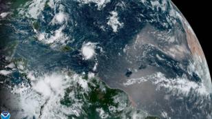 Fotografía cedida por la Administración Nacional Oceánica y Atmosférica (NOAA) por vía del Centro Nacional de Huracanes (NHC) donde se ve el paso de la tormenta tropical Dorian por el Caribe. 28 de agosto de 2019.