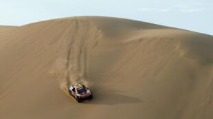 Los franceses Stephane Peterhansel (piloto) y su copiloto Jean Paul Cottret (copiloto) conducen su Peugeot en la quinta etapa de la versión 40 del Rally Dakar.