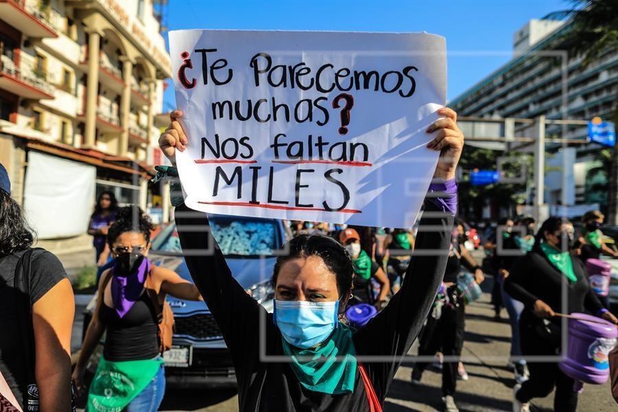 Decenas de mujeres marchan para conmemorar el Día Internacional de la Eliminación de la Violencia contra la Mujer hoy, en Acapulco (México). Según datos de la Encuesta Nacional sobre la Dinámica de las Relaciones en los Hogares 2016, el 66 % de las mujeres mexicanas han sido víctimas de alguna forma de violencia a lo largo de su vida, y el 44 % a manos de su pareja actual o en su última relación.