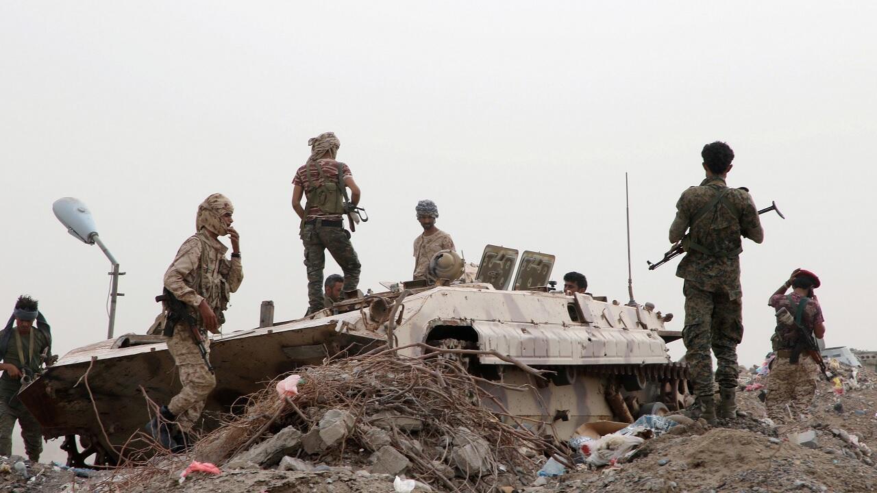 أعضاء من القوات الانفصالية اليمنية الجنوبية المدعومة من الإمارات بجانب مركبة عسكرية في عدن، اليمن -  10 أغسطس/ آب  2019.