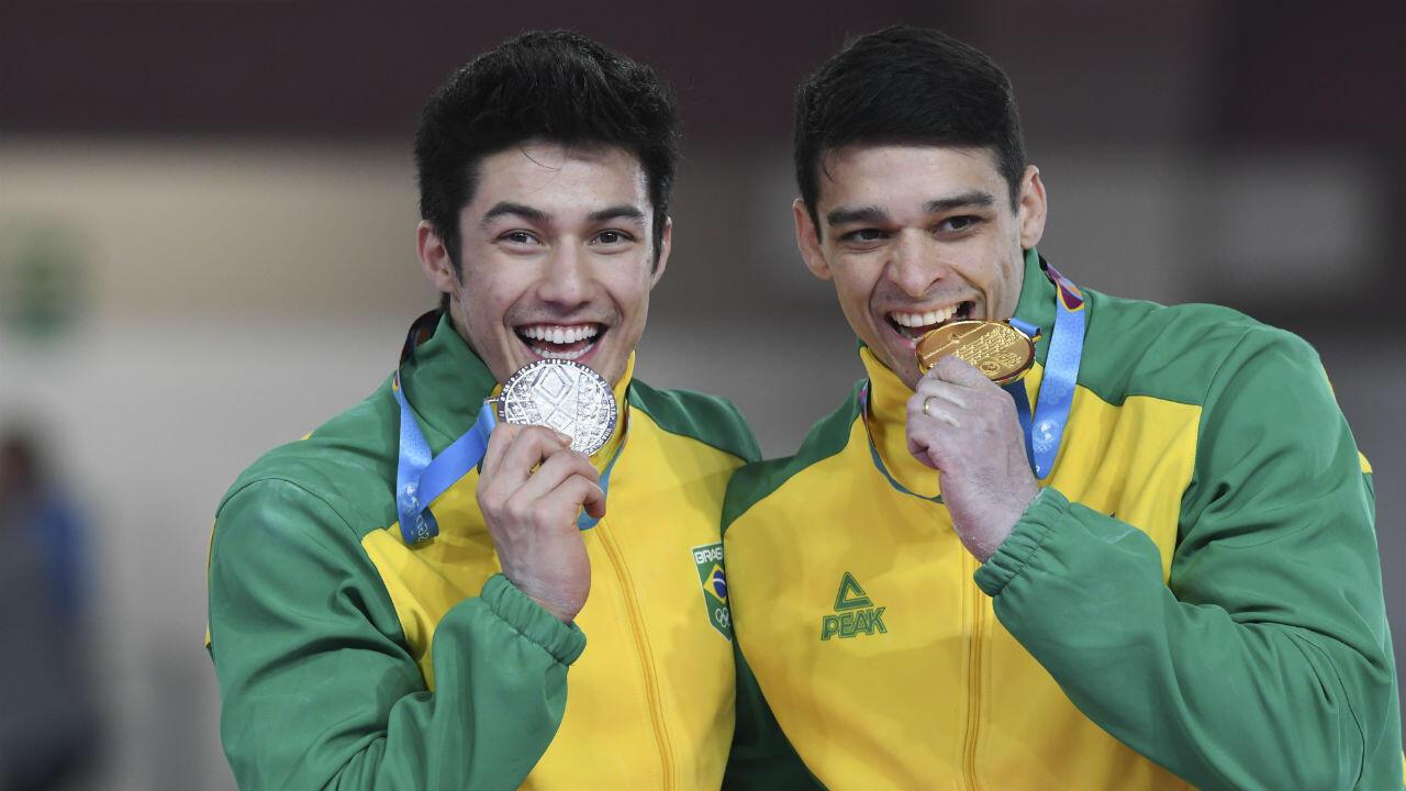 Los gimnastas brasileños Arthur Nory Mariano (plata) y Francisco Carlos Barreto (oro) posan con sus medallas en el Polideportivo Villa Salvador en Lima, Perú, el 31 de julio de 2019.