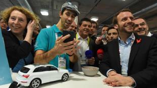 Muriel Pénicaud (à gauche) et Emmanuel Macron (à droite), le 7 janvier 2016, au CES de Las Vegas.