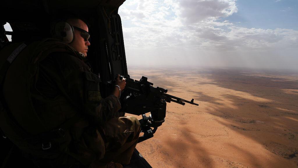 Un soldat français de l'opération Barkhane lors d'une patrouille en hélicoptère au Mali, le 12 mars 2016.