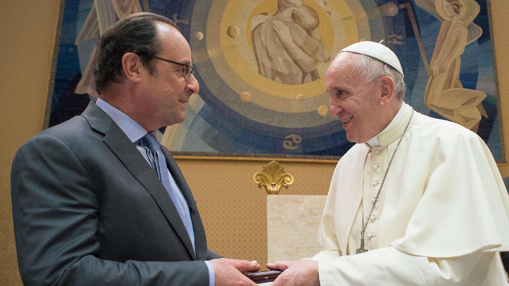 François Hollande et le pape François échangent des cadeaux, le 17 août 2016 au Vatican.