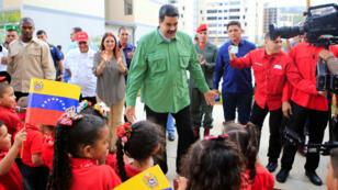 El presidente Nicolás Maduro recibe a un grupo de niños en un evento en Caracas, Venezuela, el 23 de noviembre del 2017.
