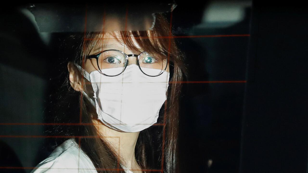 La activista pro democracia Agnes Chow es vista a través del vidrio de un auto de policía tras haber sido arrestada en Hong Kong, China, el 10 de agosto de 2020 en el marco de la ley de seguridad nacional.