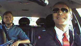 Jens Stoltenberg au volant d'un taxi.