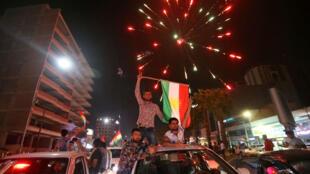 Kurdos iraquíes ondean la bandera kurda y celebran en las calles las votaciones del referendo por su independencia celebrado el 25 de septiembre.