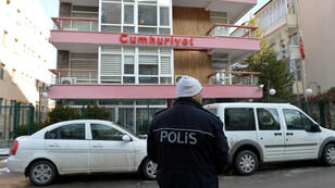 Un oficial de policía hace guardia en las afueras de las oficinas del diario Cumhuriyet, el principal periódico turco pro secular, en Ankara, Turquía, cuyos periodistas fueron condenados el 25 de abril de 2018 por acusaciones relacionadas con terrorismo (Imagen de archivo - 14 de enero de 2015).