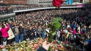 سويديون في تظاهرة تكريما لضحايا الاعتداء في ستوكهولم في 9 نيسان/أبريل 2017