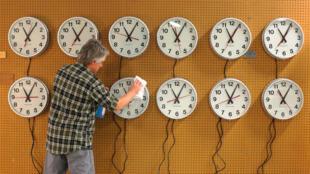 Un homme nettoie des horloges en train d'être testées à Medfield, aux Etats-Unis (illustration).
