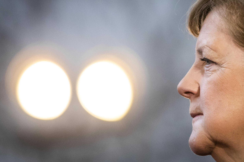 Archivo: la canciller alemana Angela Merkel recomendó el uso de mascarillas para las actividades al aire libre.