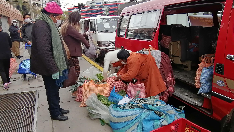 Una campesina vende sus alimentos en La Paz, Bolivia, el 17 de abril de 2020.