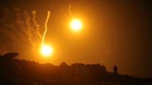 Se observan bengalas en el cielo durante los combates en el enclave final del Estado Islámico, en la aldea de Al Baguz, provincia de Deir Al Zor, Siria , el 11 de marzo de 2019.