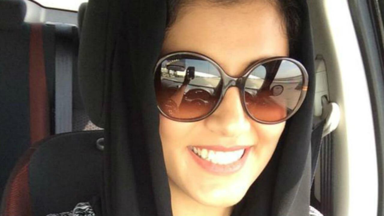 Loujain al-Hathloul au volant de sa voiture avant une précédente arrestation à la frontière saoudienne, le 30 novembre 2014.
