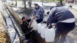 Des habitants de Damas s'approvisionnent en eau potable, le 10 janvier 2017.