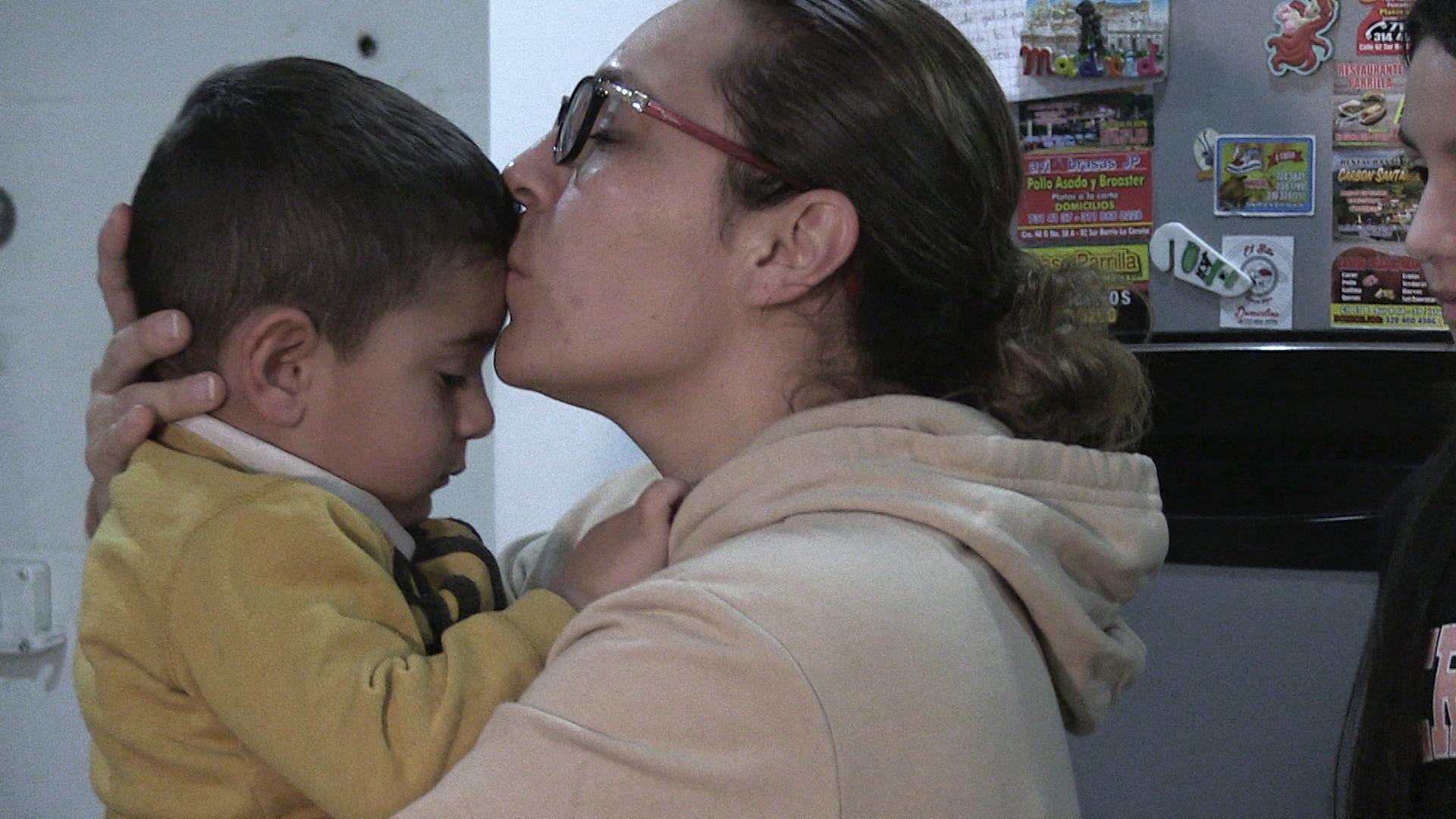 Diana Duarte, jefa de enfermería en la unidad de urgencias en el Hospital el Tunal, se reencuentra con sus hijos, después de semanas de aislamiento por el Covid-19.