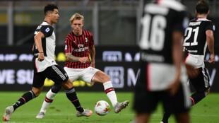 AC Milan's Simon Kjaer challenges Juventus forward Cristiano Ronaldo (L) at the San Siro on July 7, 2020.
