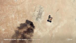 Una imagen satelital registra el humo proveniente de la refinería de Aramco en Harad, Arabia Saudita, luego del ataque del sábado 14 de septiembre de 2019.