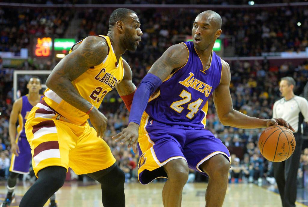 Kobe Bryant face à LeBron James, le 10 février 2016 à Cleveland.