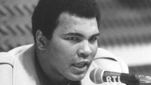 محمد علي عام 1976 خلال مؤتمر صحافي في باريس