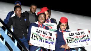 Le personnel de l'avion transportant les premiers rapatriés nigérians dénonce les actes xenophobes en Afrique du Sud, le 11 septembre 2019.