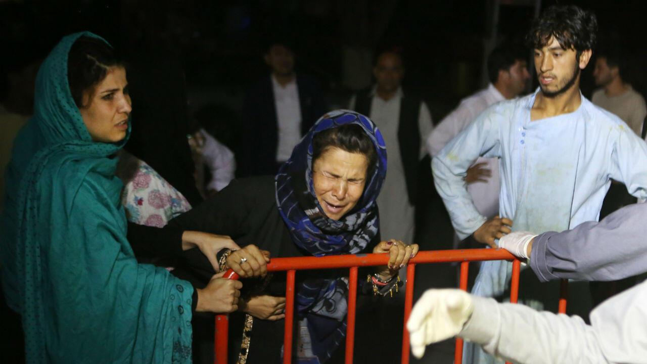 Una mujer afgana en la puerta del hospital después de cononocer que su esposo y sus dos hijos murieron luego de que un atacante suicida detonara su chaleco explosivo durante una ceremonia de boda en un salón de bodas en Kabul, Afganistán, el 18 de agosto de 2019.