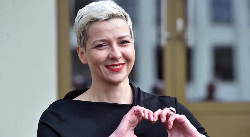 Archivo-Maria Kolesnikova, miembro de la campaña de la candidata presidencial, Svetlana Tijanóvskaya, saluda a la salida de la sede de la Comisión Central Electoral, el 14 de julio de 2020.