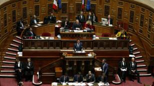 Manuel Valls s'adresse aux sénateurs pour tenter de les convaincre de voter le texte du gouvernement sur la déchéance de nationalité, le 17 mars 2016.