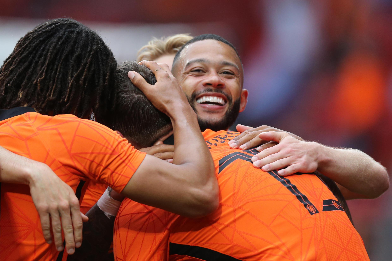 Le Néerlandais Memphis Depay félicité par ses coéquipiers après son penalty réussi lors du match amical contre la Géorgie, à Enschede, le 6 juin 2021