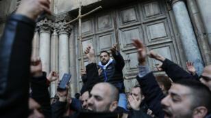Manifestation devant l'église du Saint-Sépulcre à Jérusalem, mardi 27 février.