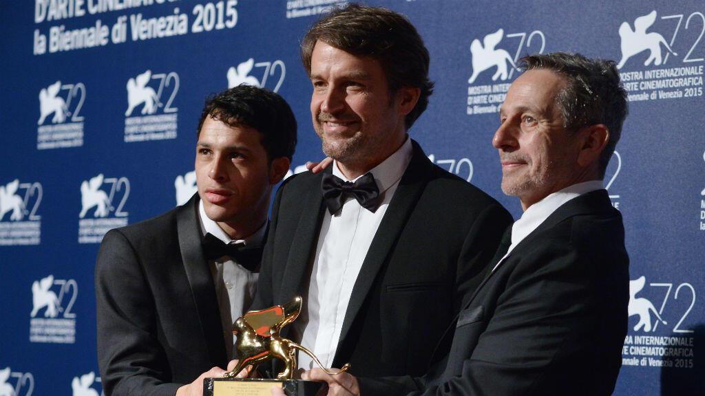 """Le réalisateur Lorenzo Vigas (centre) et les acteurs Alfredo Castro (droite) et Luis Silva tiennent le Lion d'or remis au film """"Desde Alla"""" au festival de Venise le 12 septembre 2015."""