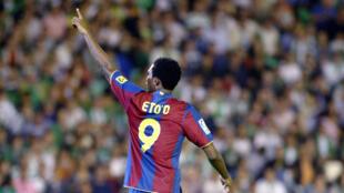L'attaquant du FC Barcelone Samuel Eto'o célèbre un but inscrit face au Bétis Séville durant un match de Liga à Séville, le 29 mars 2008.