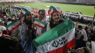 Archivo: Aficionadas iraníes al fútbol se les permitió ver una partido en el estadio Azadi de Teherán el 25 de junio de 2018.