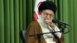 Irán Líder Supremo 's Ayatollah Ali Jamenei asiste a una reunión con los estudiantes en Teherán. 18 de octubre de 2017