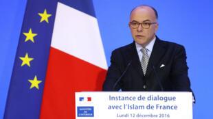 """Le nouveau Premier ministre français Bernard Cazeneuve, le 12 décembre à Paris, lors de la troisième """"instance de dialogue avec l'islam""""."""
