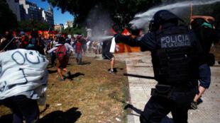 Manifestantes y policías se enfrentan durante el debate del proyecto de reforma previsional en Argentina, el 18 de diciembre de 2017.