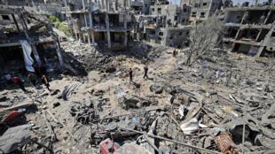 دمار نتيجة غارات إسرائيلية في بيت حانون في شمال قطاع غزة في 14 أيار/مايو 2021