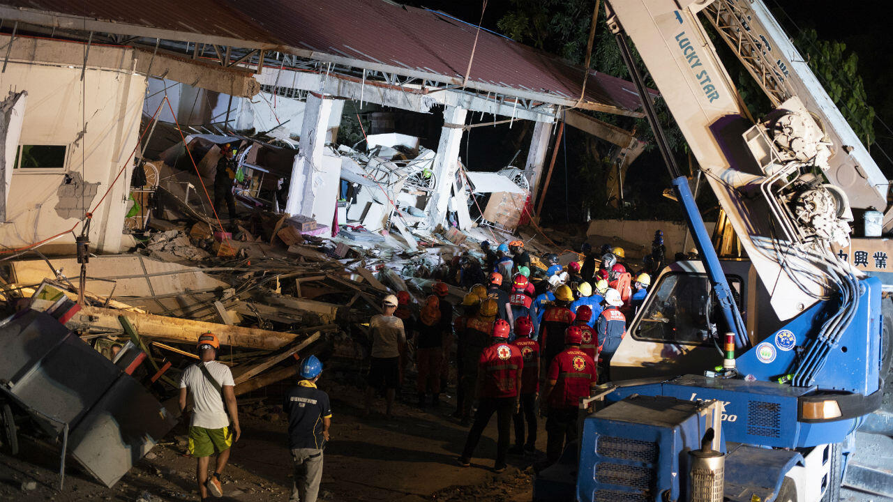 Un grupo de rescatistas busca sobrevivientes en los escombros de un supermercado, en la provincia Pampanga, después de que un fuerte terremoto azotara Filipinas, el 22 de abril de 2019.